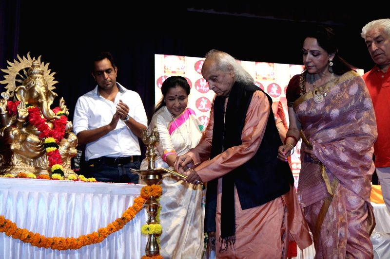 Singer Asha Bhosle, classical singer Pandit Jasraj and actress Hema Malini during the launch of Dr.Veena Mundhra's Shri Hari Vani Gita devotional album and book in Mumbai on Feb 22, 2015. - Hema Malini and Asha Bhosle