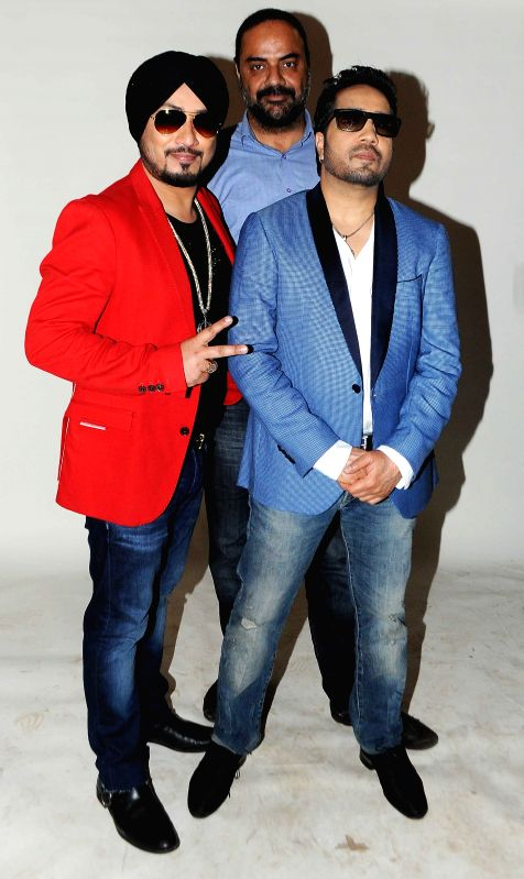 Singer Dilbagh Singh, Mika Singh & Tejwant Singh (of House of Cheere) during photo shoot of album 'BottomsUp' in Mumbai on 24th March 2015. - Dilbagh Singh, Mika Singh and Tejwant Singh