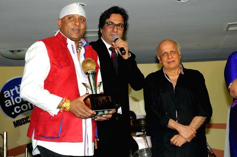 Singers Sivamani, Talat Aziz, with Director Mahesh Bhatt during Music Mania Artist of the Year 2014.