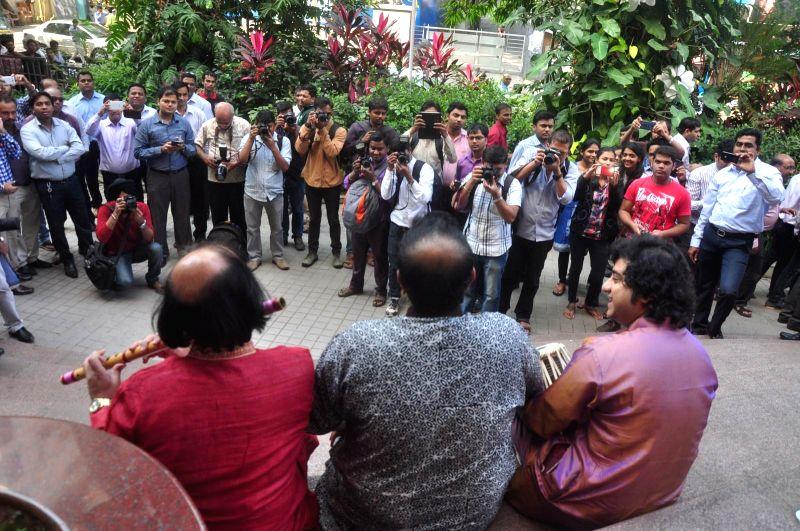 Tabla player Aditya Kalyanpur, Bollywood singer Shankar Mahadevan and Flute player Ronu Majumdar during the announcement of Swaranjali 2015 a three days music festival in Mumbai on Jan 6, ...