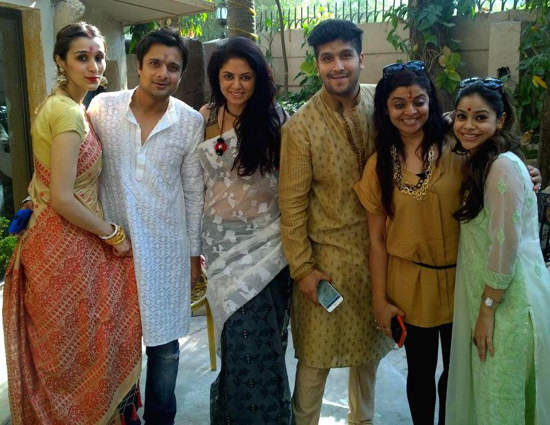 Tanisha Lahiri, Agam Pandit, Kavita Kushik, Bappa Lahiri, Nivedita Basu and Sumona Chakravorty at Bappi Lahiri`s Saraswati Puja at his residence in Mumbai on Jan 25, 2015. - Nivedita Basu
