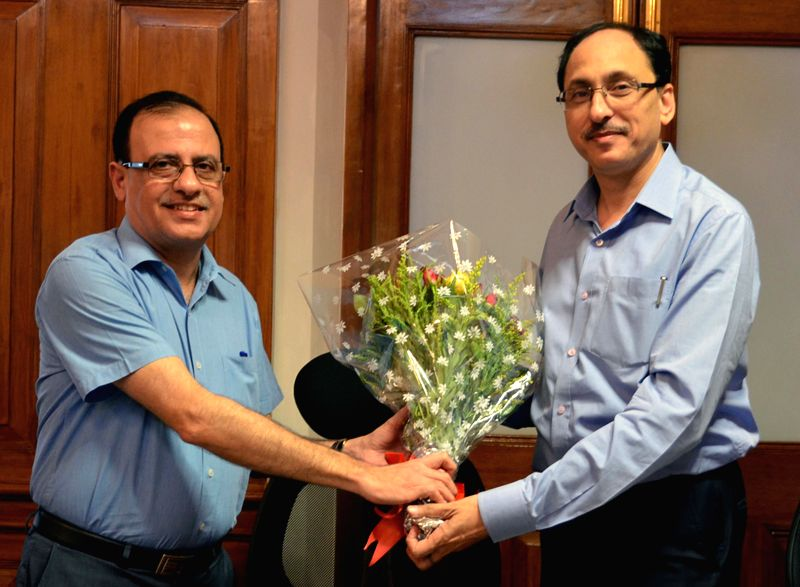 The new BMC chief Ajoy Mehta with his predecessor Sitaram Kunte at BMC  headquarters in Mumbai, on April 27, 2015.