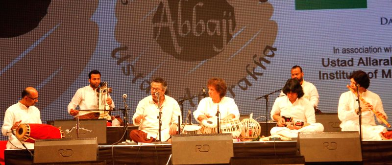 Ustad Zakir Hussain and singer Hariharan at a special concert `Homage to Abbaji` 15th anniversary of Ustad Alla Rakha Khan fondly known as Abbaji at Shanmukhananda Hall in Mumbai, on Feb 3, ..