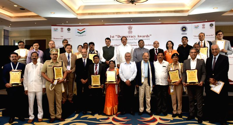 Mumbai: Vice President M. Venkaiah Naidu, Maharashtra Chief Minister Devendra Fadnavis and State Election Commissioner J.S. Saharia with the recipients of 1st Democracy Awards instituted by the State Election Commission, Maharashtra in Mumbai on July