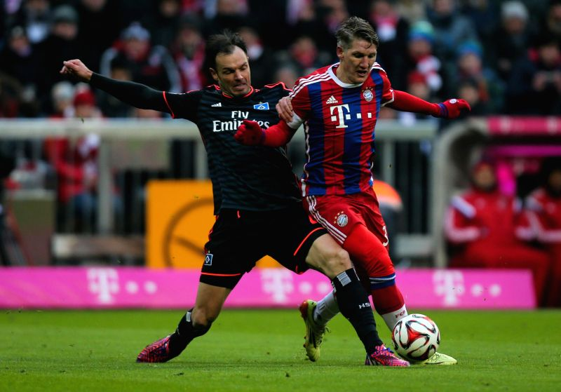 Bayern Munich's Bastian Schweinsteiger (R) vies for the ball during the German first division Bundesliga football match between Bayern Munich and Hamburger SV in ...