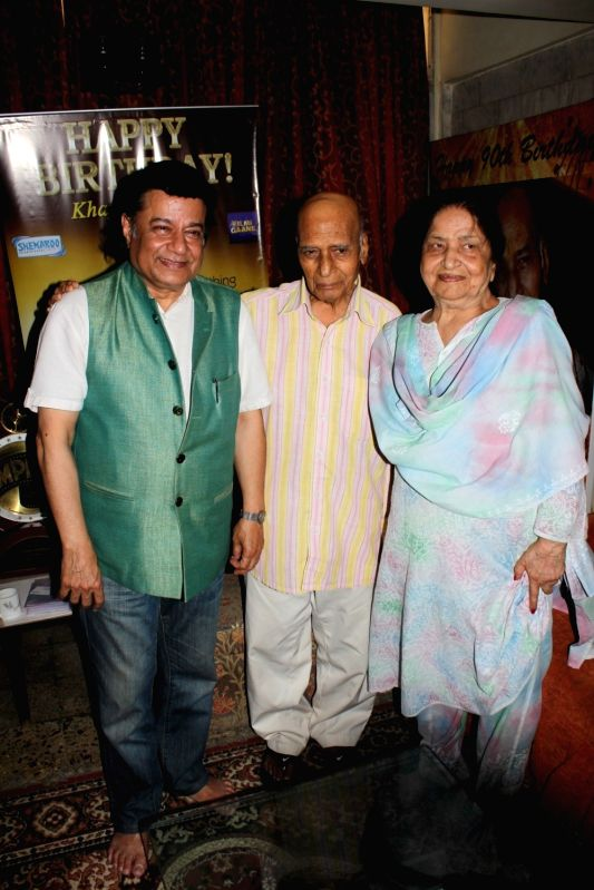 Music composer Khayyam along with his wife Jagjit Kaur and bhajan singer Anup Jalota during the donation of Rupees One Lakh Fifty Thousand donation by Bollywood music composer Khayyam to ... - Jagjit Kaur