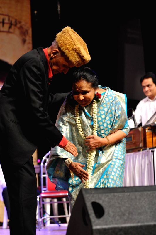 Music Director Khayyam and singer Asha Bhosle during the 25th Master Dinanath Mangeshkar Awards in Mumbai on April 25, 2014.