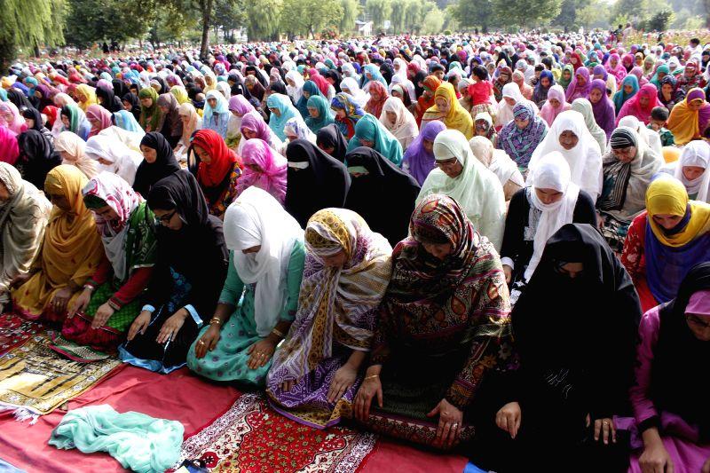 Muslim women offering prayers on ocassion of Eid-ul-Fitr in Srinagar on July 29, 2014.
