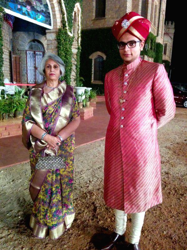 Pramoda Devi Wadiyar, wife of Srikanta Datta Narasimharaja Wadiyar addresses a press conference regarding adoption of Gopal Raj Urs as the successor to Srikanta Datta Narasimharaja Wadiyar at