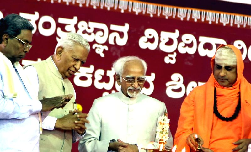 Mysuru : Vice President Hamid Ansari being felicitated by Sri Jagadguru Sri Shivaratri Deshikendra Swamiji during  inauguration of the JSS Science and Technology University and JSS Technical ...