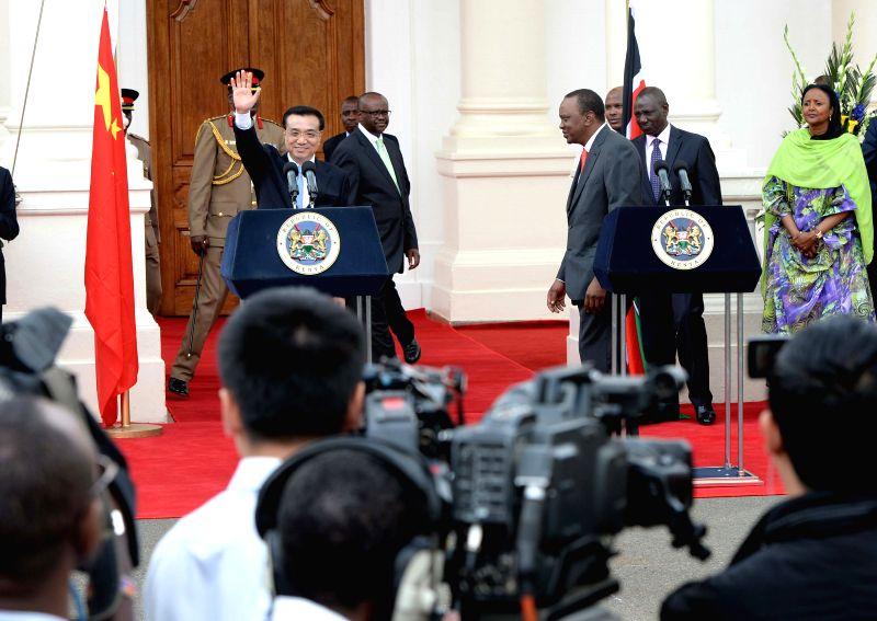 Chinese Premier Li Keqiang (L front) and Kenyan President Uhuru Kenyatta (R front) attend a joint press conference after their talks in Nairobi, Kenya, May 10, 2014.