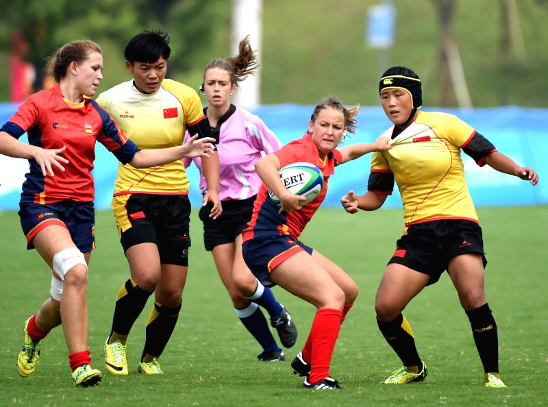 Yan Meiling (1st R) of China competes during the women's pool between China and Spain of rugby sevens event at the Nanjing 2014 Youth Olympic Games in Nanjing, east