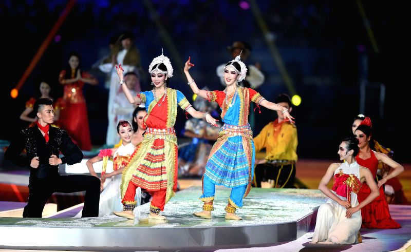 Artists perform during the closing ceremony of Nanjing 2014 Youth Olympic Games in Nanjing, capital of east China?s Jiangsu Province, Aug. 28, 2014. (Xinhua/Huang ..