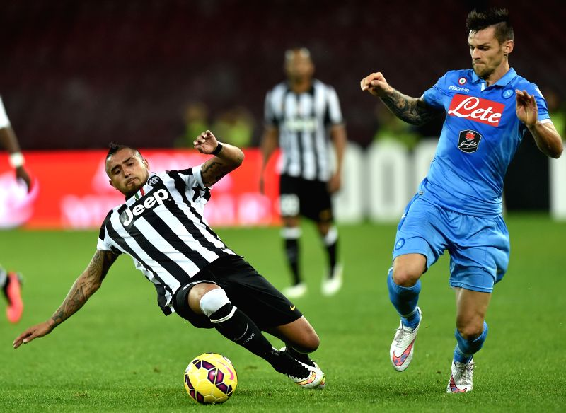 Juventus' Arturo Vidal (L) vies with Napoli's Christian Maggio during their Italian Serie A soccer match at the San Paolo stadium in Naples, Italy, Jan. 11, 2015. ...