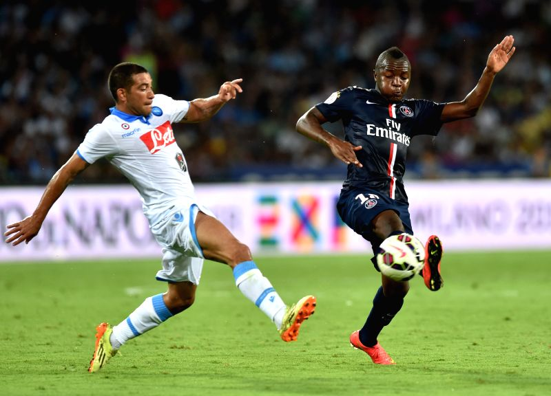 Paris Saint-Germain's Hervin Ongenda (R) vies with Napoli's Walter Gargano during a friendly football match in Napoli, Italy, Aug.11, 2014. Saint-Germain won ...