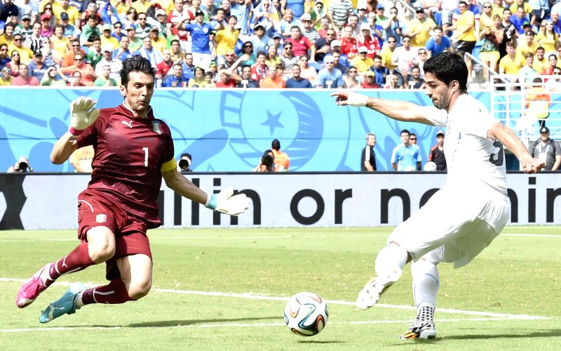 Uruguay's Luis Suarez shoots the ball during a Group D match between Italy and Uruguay of 2014 FIFA World Cup at the Estadio das Dunas Stadium in Natal, Brazil, June 24,