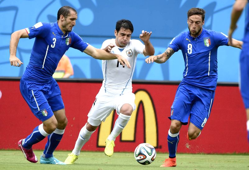 Uruguay's Nicolas Lodeiro (C) vies for the ball during a Group D match between Italy and Uruguay of 2014 FIFA World Cup at the Estadio das Dunas Stadium in Natal, ...