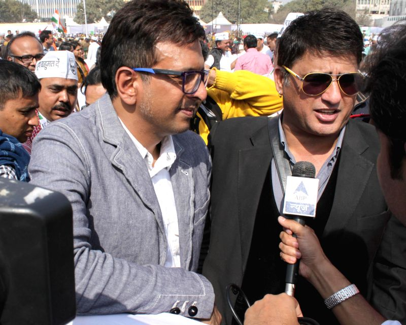 Aam Aadmi Party (AAP) leader and actor Jaaved Jaffrey with actor Ayub Khan during the swearing-in ceremony of Delhi Chief Minister Arvind Kejriwal at Ramlila Maidan in New Delhi, on Feb ... - Jaaved Jaffrey, Ayub Khan and Arvind Kejriwal