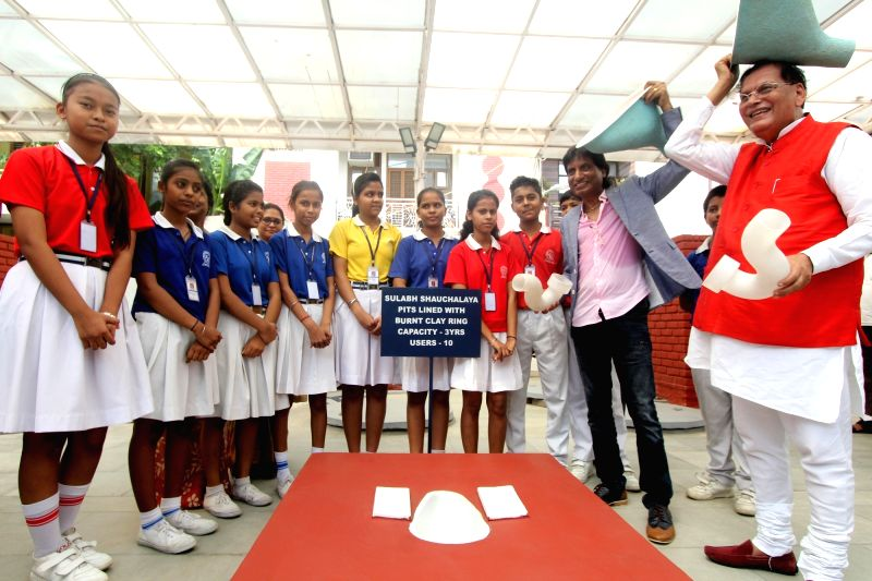 New Delhi: Actor and Stand-up comedian Raju Srivastav in the presence of school children demonstrates on the use of Toilets and Sanitation facilities as part of Prime Minister Narendra Modi's Swachh Bharat Abhiyan, during his visit to Sul