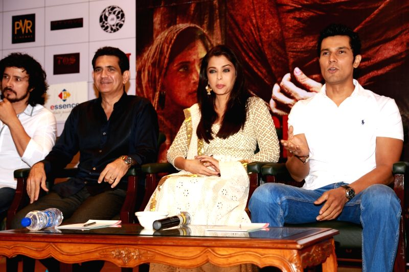 "New Delhi: Actors Aishwarya Rai Bachchan, Randeep Hooda, Darshan Kumar and director Omnung Kumar during a press conference to promote their film ""Sarbjit"" in New Delhi, on May ... - Omnung Kumar, Aishwarya Rai Bachchan, Randeep Hooda and Darshan Kumar"