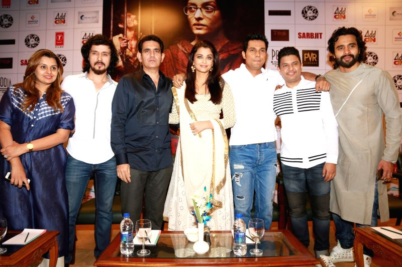 "New Delhi: Actors Aishwarya Rai Bachchan, Randeep Hooda, Darshan Kumar and director Omnung Kumar during a press conference to promote their film ""Sarbjit"" in New Delhi, on May ... - Omnung Kumar, Aishwarya Rai Bachchan, Randeep Hooda and Darshan Kumar"