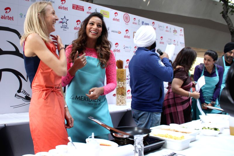 Actors Bipasha Basu and Gul Panag during the Airtel Delhi Half Marathon's event Carbo Loading Session a Pasta cooking session at Le Meridien in New Delhi on Nov 22, 2014.(Amlan ... - Bipasha Basu and Gul Panag