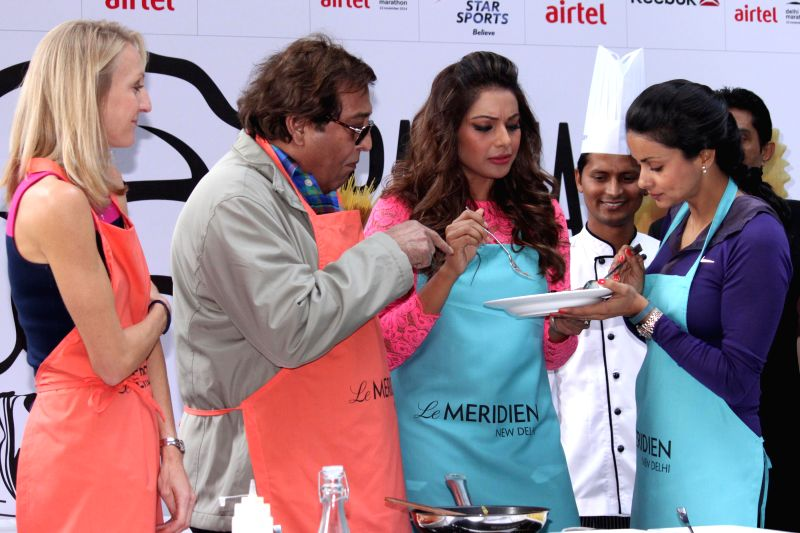 Actors Bipasha Basu, Gul Panag, Vinod Khanna and athletes Paula Radcliffe during the Airtel Delhi Half Marathon's event Carbo Loading Session a Pasta cooking session at Le Meridien in New . - Bipasha Basu, Gul Panag and Vinod Khanna