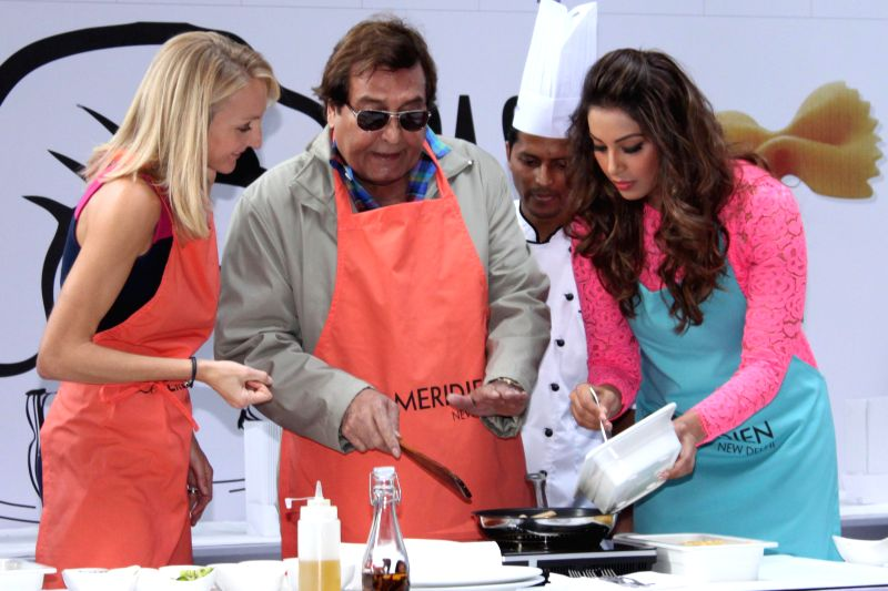 Actors Bipasha Basu, Vinod Khanna and athletes Paula Radcliffe during the Airtel Delhi Half Marathon's event Carbo Loading Session a Pasta cooking session at Le Meridien in New Delhi on ... - Bipasha Basu and Vinod Khanna