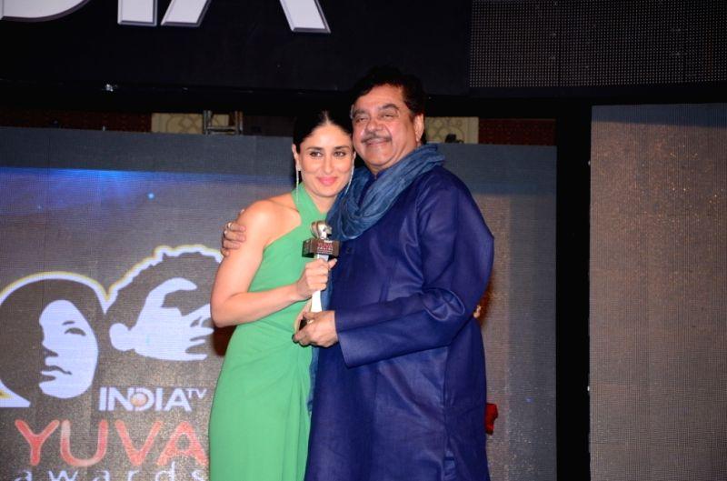 Actors Shatrughan Sinha and Kareena Kapoor during the `India TV Yuva Awards 2015` in New Delhi, on April 18, 2015. - Shatrughan Sinha and Kareena Kapoor