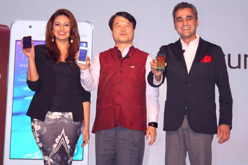 Actress Huma Qureshi with Samsung CEO Hyun Chil Hong and Vice -President of the company Asim Warsi at the launch of Samsung Z1 in New Delhi, on Jan 14, 2015.