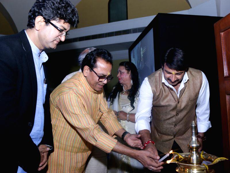 Author Ashok Chakradhar, Writer, Poet and Lyricis Prasoon Joshi and actor turned politician Manoj Tiwari during the launch of author Rama Pandey`s books Guhaar, Giraftaar and a documentary ... - Lyricis Prasoon Joshi and Pandey