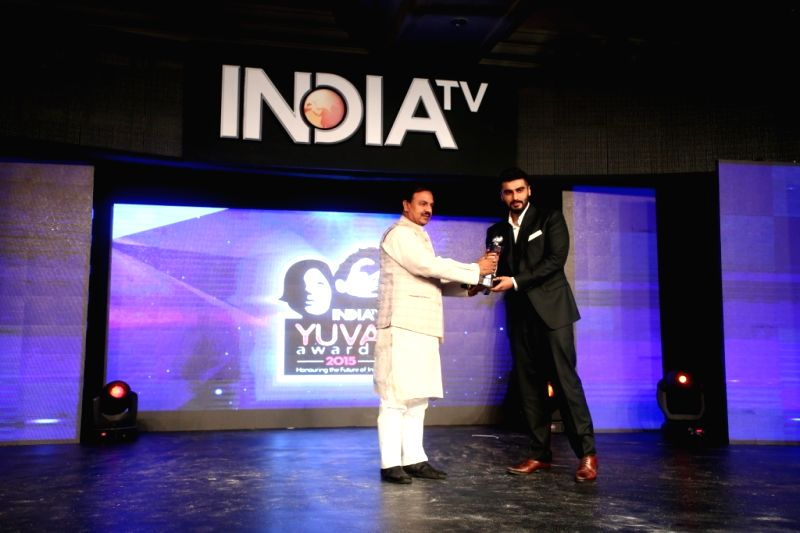 Chairman and Editor in Chief of India TV Rajat Sharma with Host and actor Manish Paul during the `India TV Yuva Awards 2015` in New Delhi, on April 18, 2015. - Manish Paul and Rajat Sharma