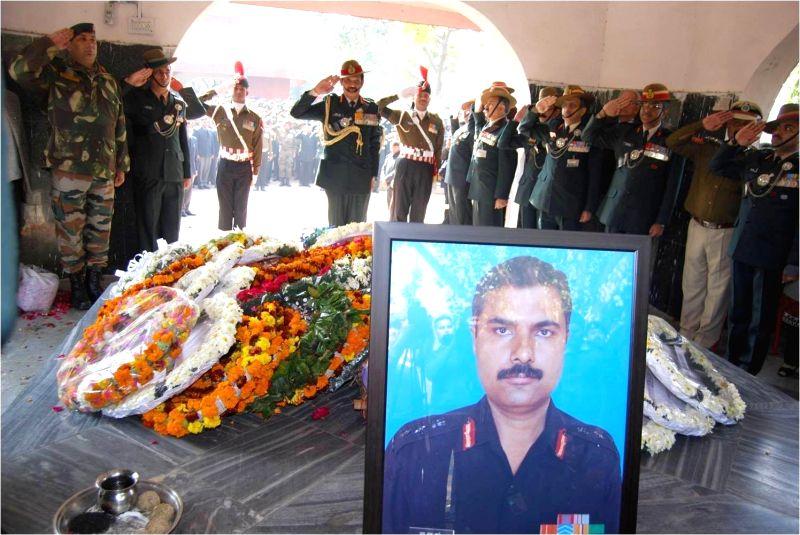 Chief of Army Staff, General Dalbir Singh paying homage to martyred Col M.N. Rai, in New Delhi on Jan. 29, 2015. - Dalbir Singh