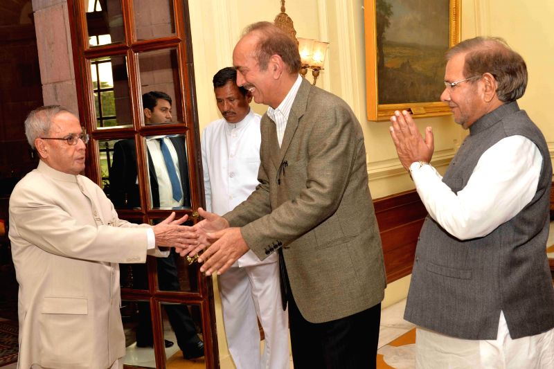Congress leader Ghulam Nabi Azad and JD(U) chief Sharad Yadav call on President Pranab Mukherjee to register their protest against the land acquisition bill at Rashtrapati Bhawan in New ... - Sharad Yadav and Pranab Mukherjee