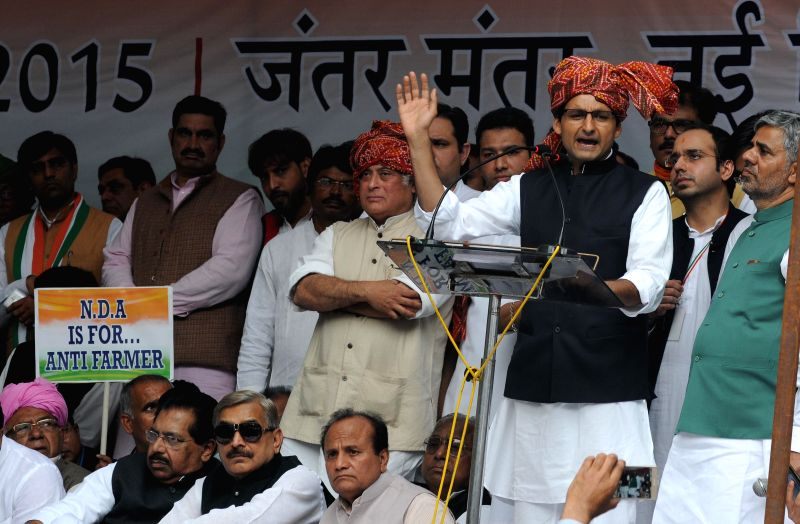 Congress leaders Deepender Singh Hooda, Jairam Ramesh and others participate in Zameen Vapasi Andolan at Jantar Mantar in New Delhi, on Feb 25, 2015. - Deepender Singh Hooda