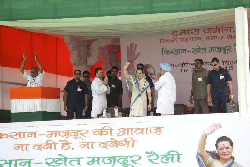 Congress party president Sonia Gandhi, Congress vice-president Rahul Gandhi, Former prime minister Dr Manmohan Singh and Congress general secretary Digvijaya Singh during the Kisan rally ... - Sonia Gandhi, Rahul Gandhi, Manmohan Singh and Digvijaya Singh