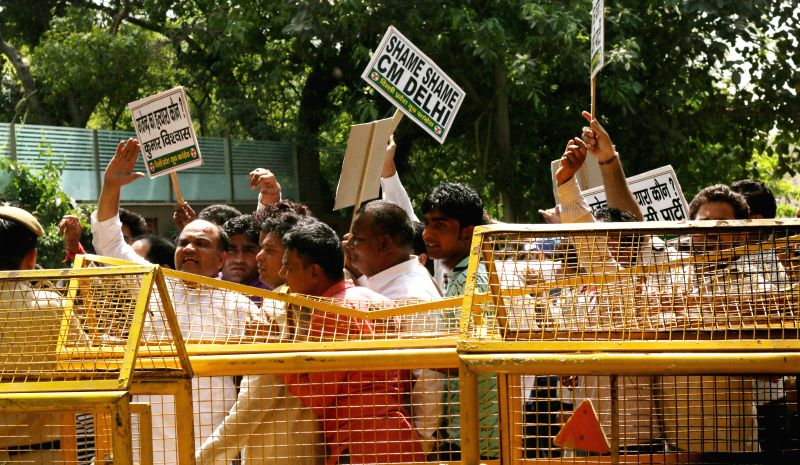 Congress party workers protest death of a farmer in front of Delhi Chief Minister Arvind Kejriwal`s residence in New Delhi on April 23, 2015. - Arvind Kejriwal