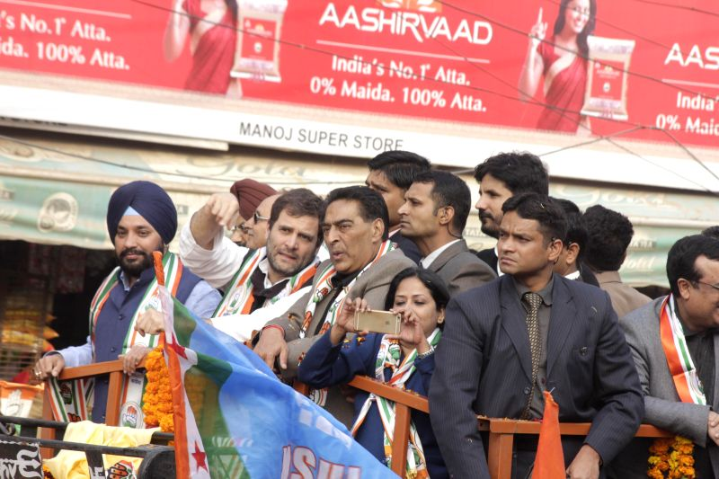 New Delhi : Congress vice president Rahul Gandhi with Delhi Congress chief Arvinder Singh Lovely during a election campaign rally in New Delhi on Jan. 27, 2015. - Arvinder Singh Lovely