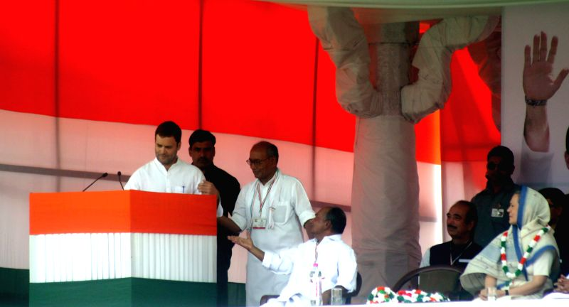 Congress vice-president Rahul Gandhi during party's Kisan Rally at Ramlila Maidan in New Delhi, on April 19, 2015. Also seen Congress president Sonia Gandhi, party's general secretary ... - Rahul Gandhi, Sonia Gandhi and Digvijaya Singh