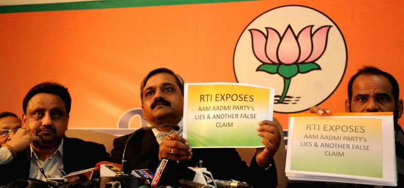 Delhi BJP chief Satish Upadhyay and Confederation of All India Traders (CIAT) General Secretary Praveen Khandelwal during a press conference in New Delhi, on Jan 5, 2015. - Satish Upadhyay