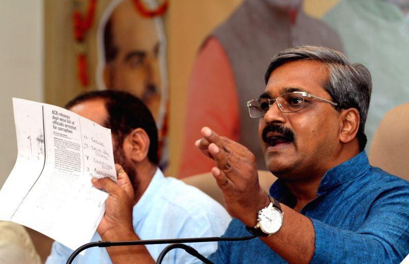 Delhi BJP chief Satish Upadhyay and party MP Ramesh Bidhuri during a press conference in New Delhi, on June 15, 2015. - Satish Upadhyay