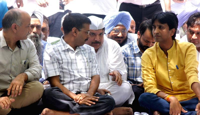 Delhi Chief Minister and Aam Aadmi Party (AAP) leader Arvind Kejriwal and Deputy Chief Minister Manish Sisodia with party leader Kumar Vishwas, Sanjay Singh, Ashish Khetan and others  ... - Manish Sisodia, Arvind Kejriwal and Sanjay Singh
