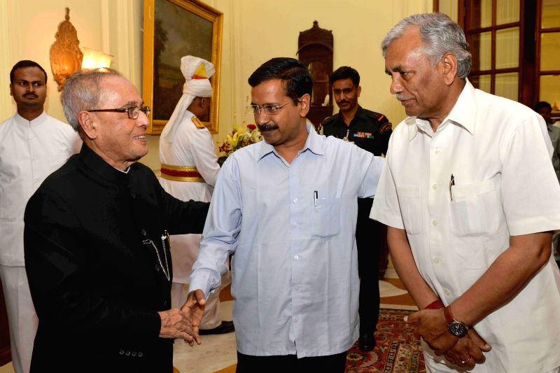 Delhi Chief minister Arvind Kejriwal and Delhi Assembly Speaker Ram Niwas Goel call on President Pranab Mukherjee at Rashtrapati Bhawan in New Delhi, on March 27, 2015. - Arvind Kejriwal and Pranab Mukherjee
