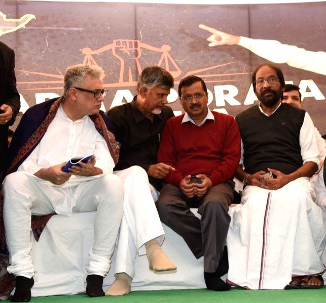 New Delhi: Delhi Chief Minister Arvind Kejriwal, Trinamool Congress MP Derek O'Brien and DMK MP Tiruchi Siva with Andhra Pradesh Chief Minister N. Chandrababu Naidu, who began a 12-hour long fast demanding the Centre to accord special category status(Image Source: IANS News)