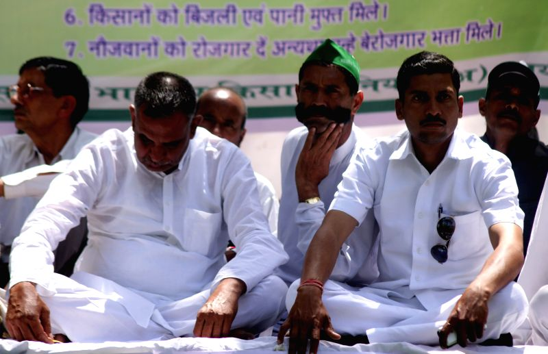 Farmers protest against land acquisition bill at Jantar Mantar in New Delhi on April 10, 2015.
