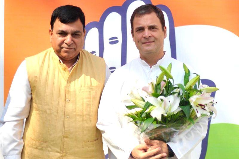 New Delhi: Former BJP MP from Himachal Pradesh's Hamirpur, Suresh Chandel joins Congress in the presence of party President Rahul Gandhi, in New Delhi on April 22, 2019. (Photo: IANS)