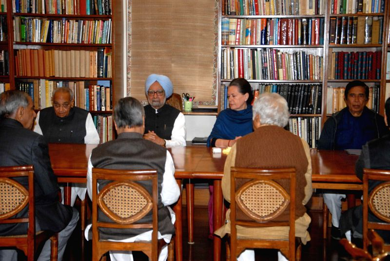 Former Prime Minister Manmohan Singh, Sonia Gandhi, Oscar Fernandes and others during a Congress Working Committee meeting in New Delhi, on Nov 25, 2014. - Manmohan Singh, Sonia Gandhi and Fernandes
