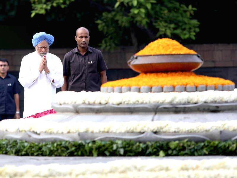 New Delhi: Former Prime Minister Manmohan Singh pays tributes to Former Prime Minister Rajiv Gandhi on his 75th birth anniversary at Virbhoomi in New Delhi on Aug 20, 2019. (Photo: IANS)