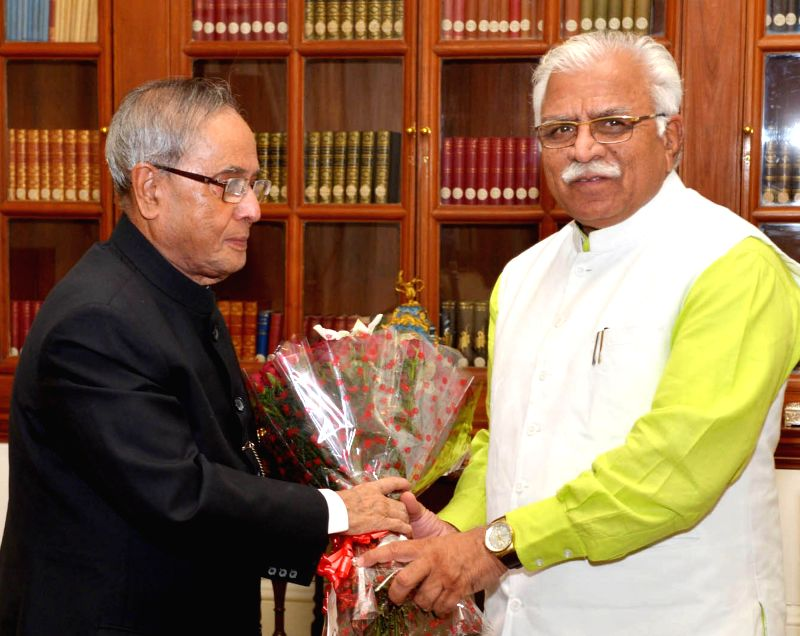 Haryana Chief Minister Manohar Lal Khattar calls on President Pranab Mukherjee  in New Delhi, on Nov 13, 2014. - Manohar Lal Khattar and Pranab Mukherjee