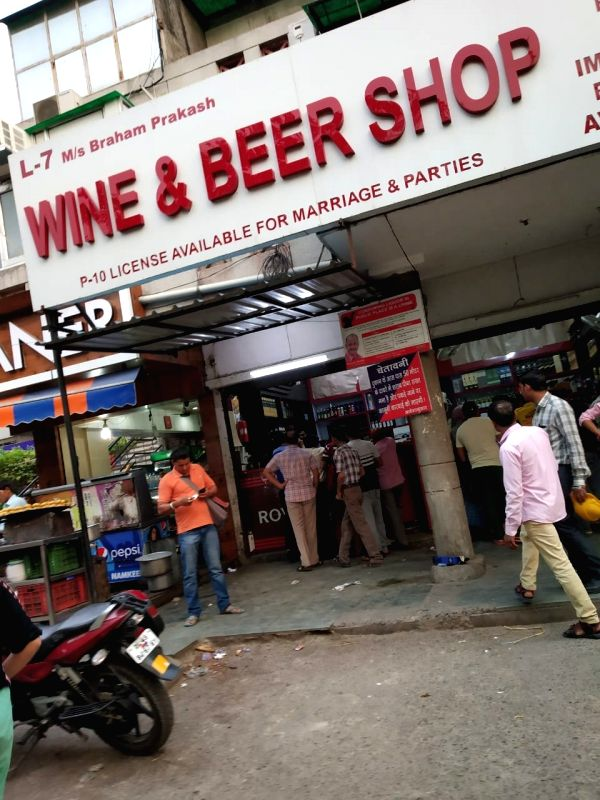 New Delhi: Heavy rush outside a liquor outlet after the polling ended for Delhi's seven Lok Sabha seats. (Photo: IANS)